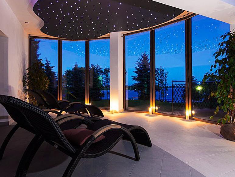pokój relaksu z widokiem na jezioro