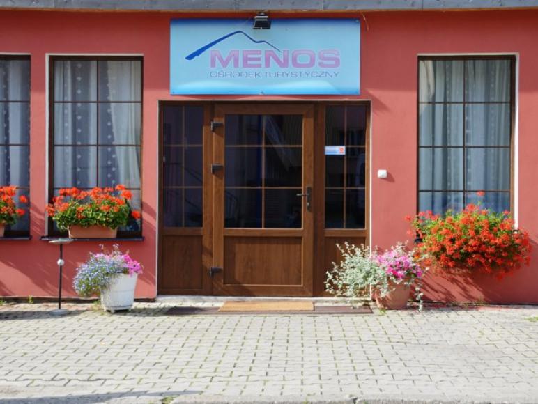 Wejście do Ośrodka Menos