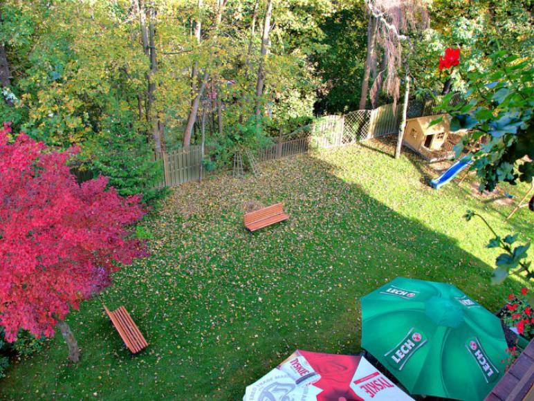 Widok na ogród z balkonu na 2. piętrze