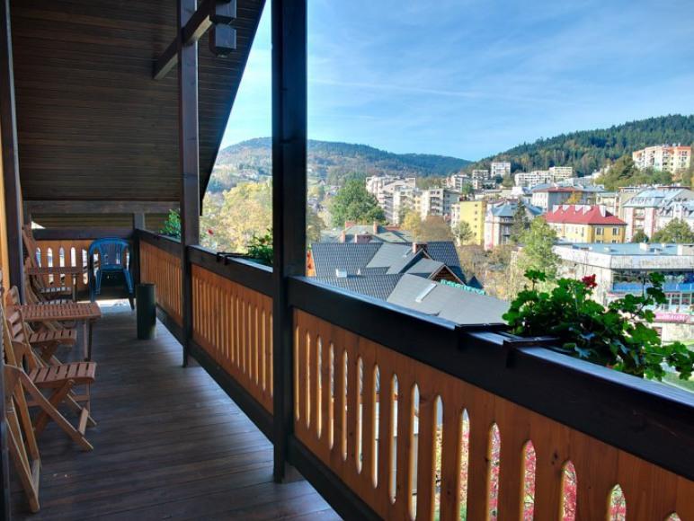 Widok na Krynicę-Zdrój z balkonu na 2. piętrze