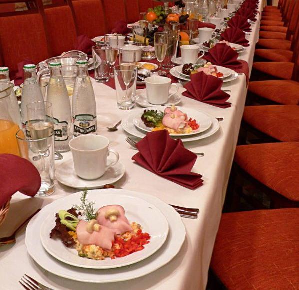 Stół nakryty do uroczystej kolacji