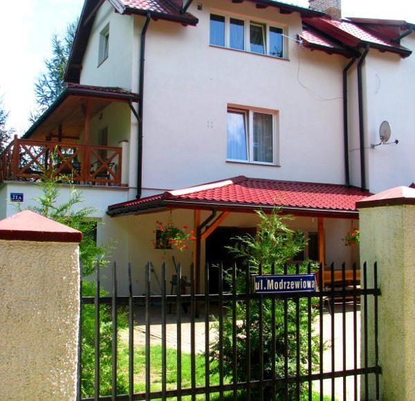 Widok na dom z ulicy