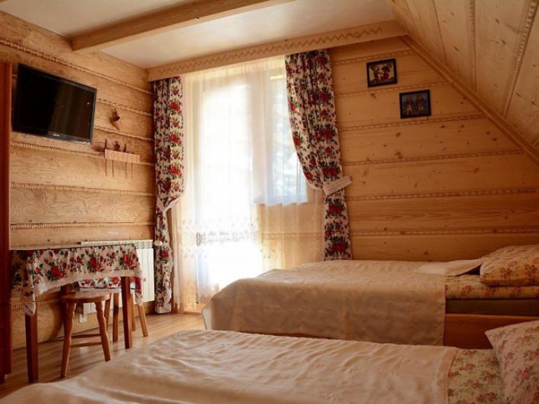pokoj 4os w stylu goralskim z balkonem i widokiem na gory