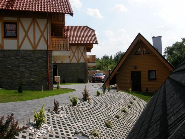 ścieżka między domkami