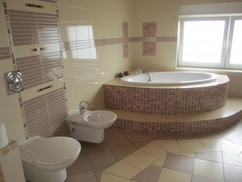 pokój kąpielowy w apartamencie, wanna narożna
