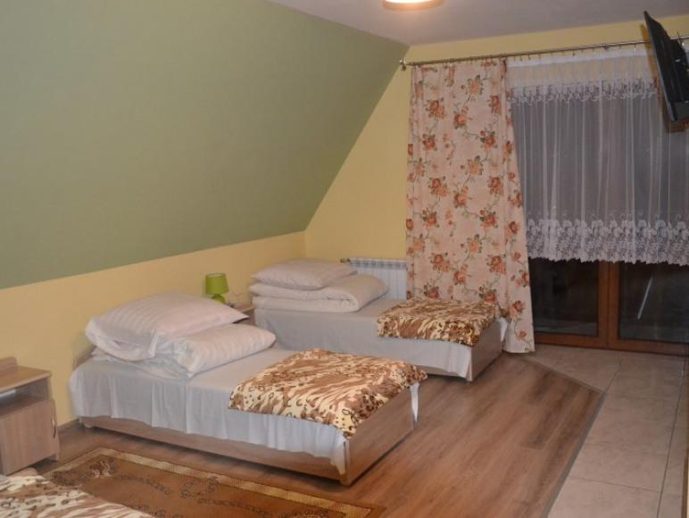 Przestronny 4 osobowy pokój z łazienką i balkonem.