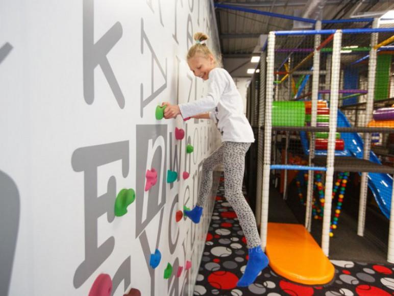 Kids Club z wewnętrznym placem zabaw dla dzieci