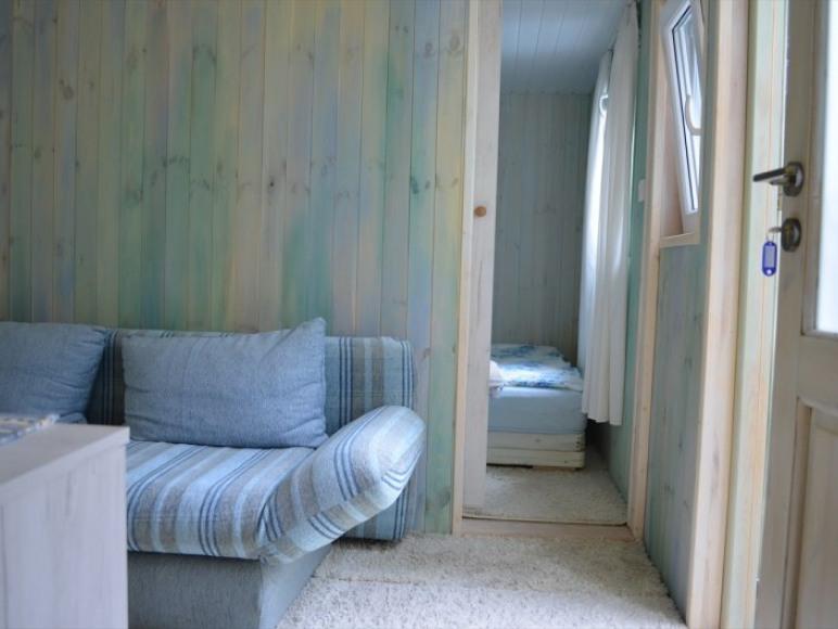 pokój z sypialnią w apartamencie