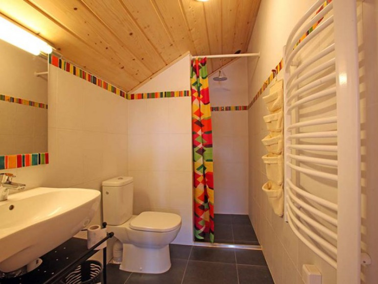 Łazienki są jasne i estetyczne