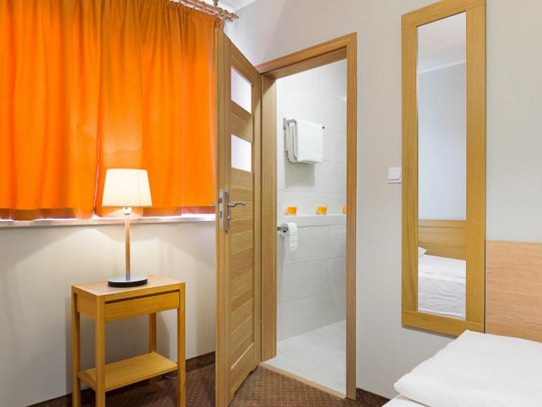 Malczewskiego 25. Hotel.Pokój 2-osobowy z łazienką.