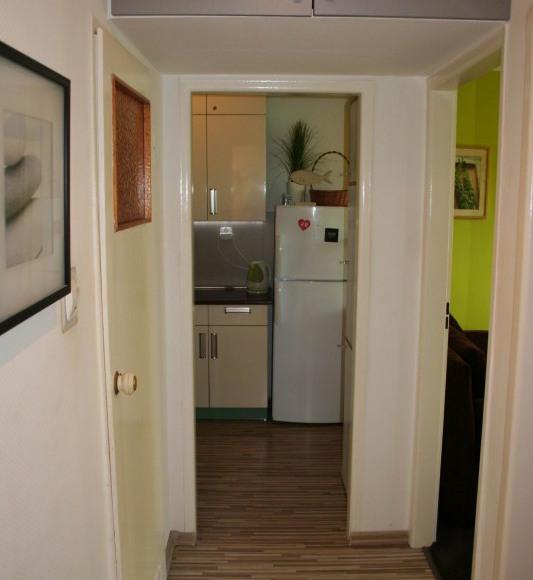 korytarz, w tyle kuchnia