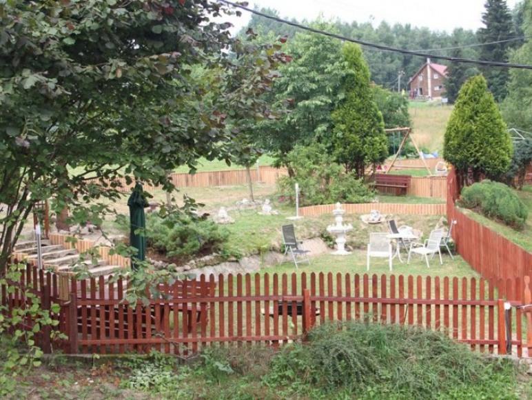 Ogród wita ciszą i zielenią
