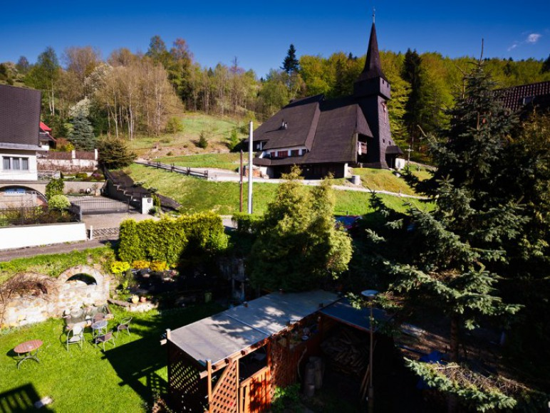 Widok z pokoju 2 os. na ogród i kościół
