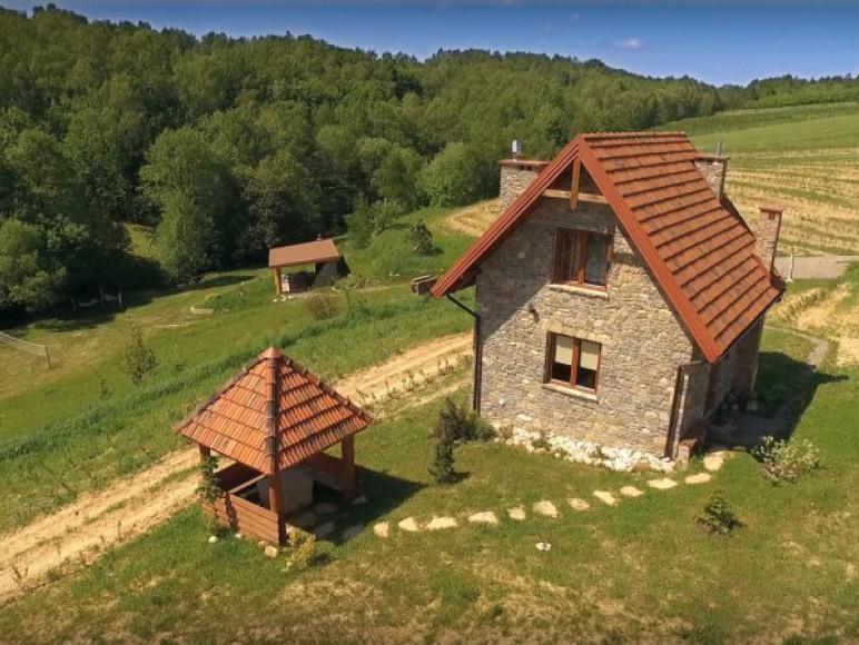 Kamienny domek z altaną.