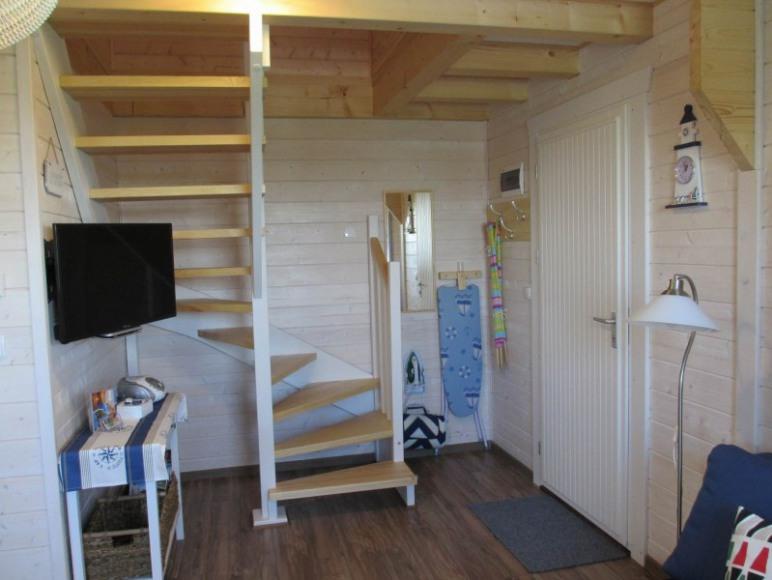 Domek 2 - parter pokój dzienny i wejście na poddasze