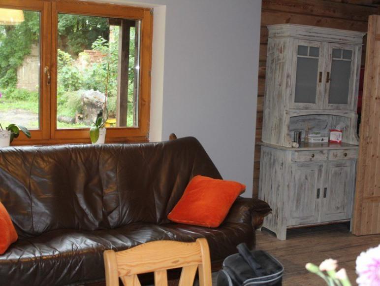 kanapa w salonie na parterze