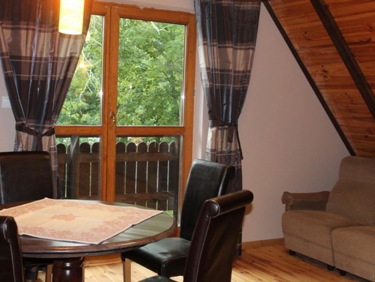 salon z wyjściem na balkon na piętrze