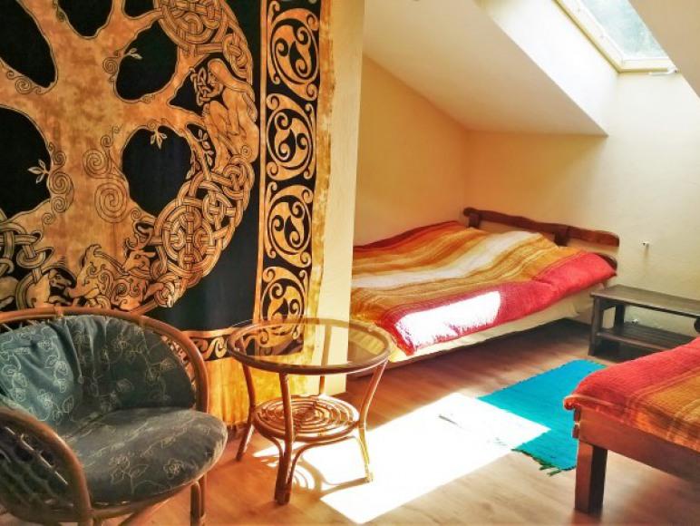 sypialnia na piętrze w domku