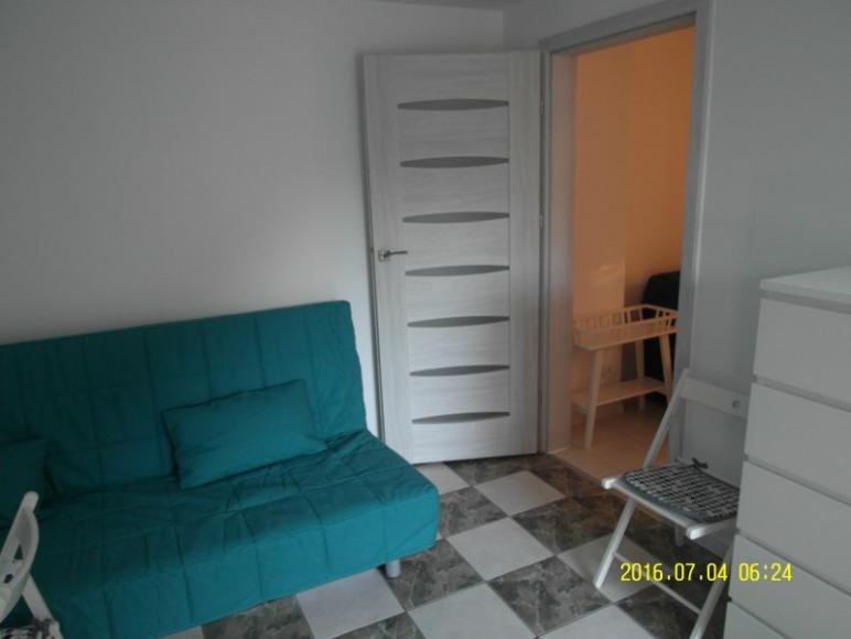 Przejście z pokoju większego do mniejszego - mieszkanie turkusowe