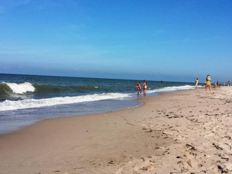Plaża w Dąbkach szeroka i piaszczysta