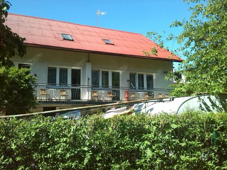 Duży dom - widok z ulicy.