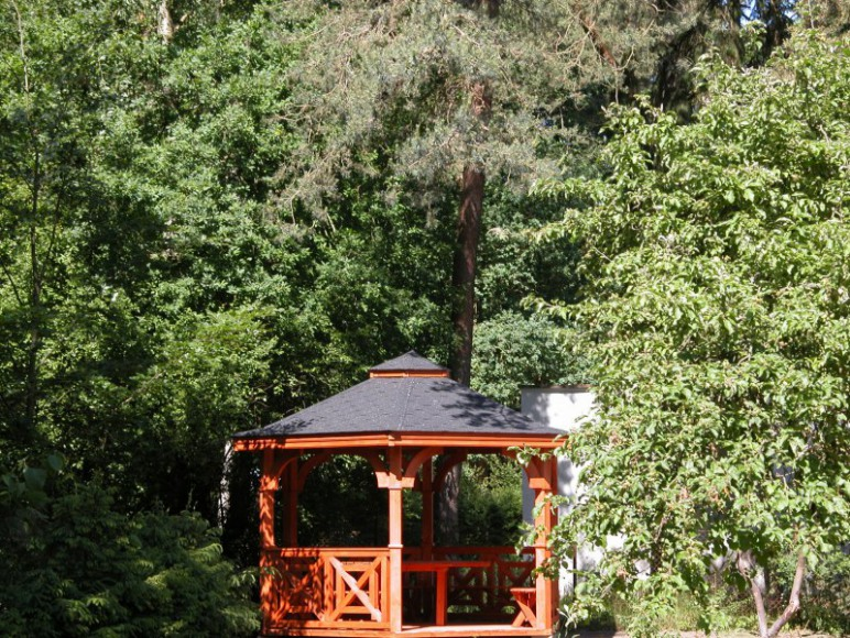Altanka w ogrodzie.