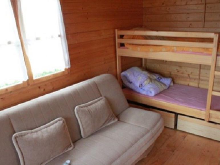 mały domek pomieszczenie z aneksem kuchennym