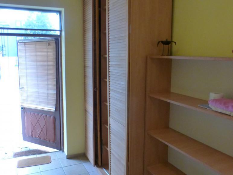 pokoj nr 1 nad drzwiami widć uchylne okno