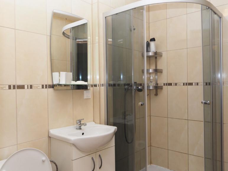 Łazienki z WC dla pokoi 2 i 3 osobowych