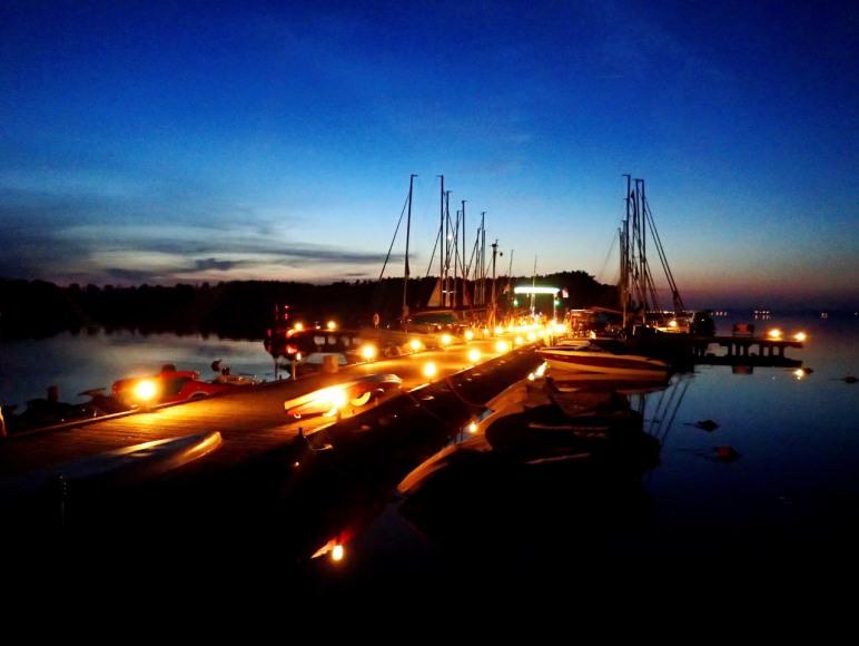 Molo oświetlone wieczorem