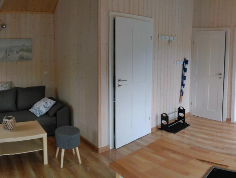 Salon w domku szarym i niebieskim