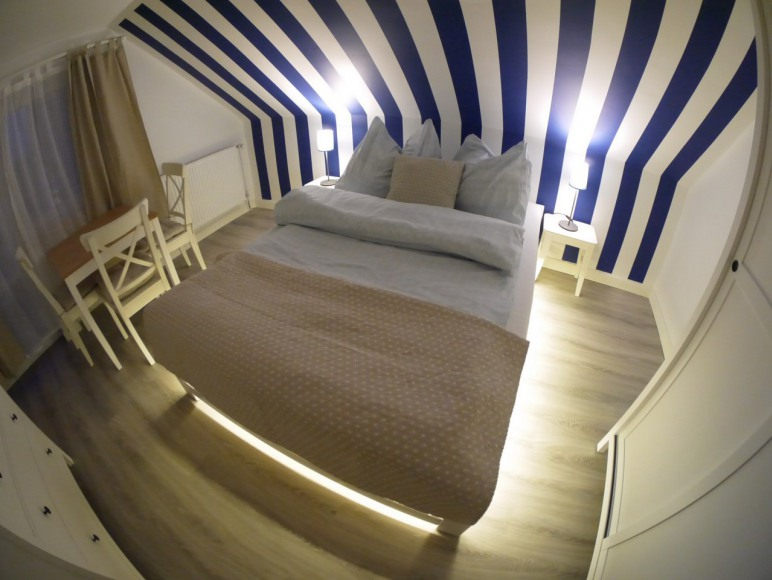 Apartament z 3 sypialniami, aneksem, balkonami i łazienką.
