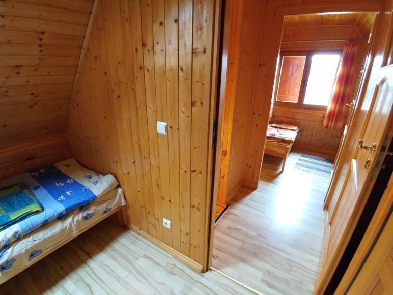 widok z sypialni przez hol do drugiej sypialni