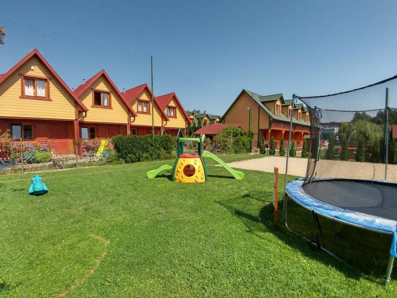 widok na plac zabaw przy boisku