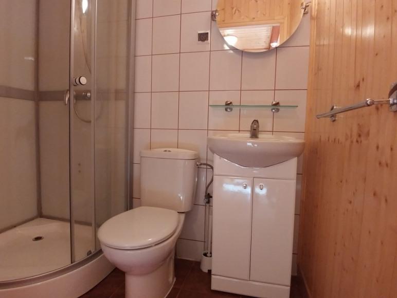 łazienka z natryskiem na dole