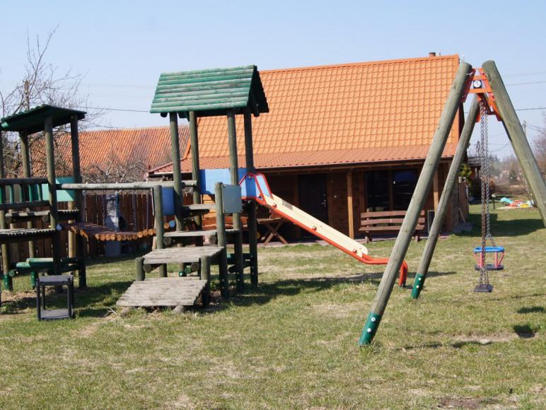 plac zabaw wspolny z domkami