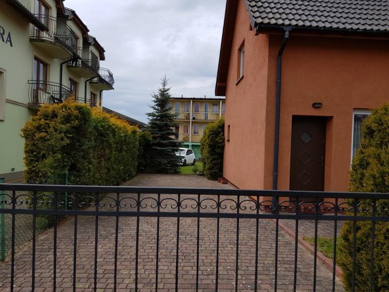 bezpłatne miejsca parkingowe na terenie posesji ogrodzonej