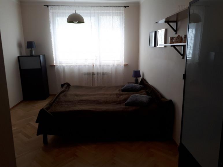 Pokój dwuosobowy z dużym łóżkiem sypialnym