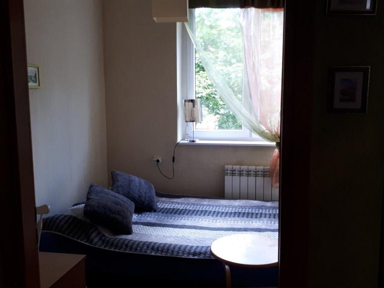 Mały pokoik z podwójnym łóżkiem