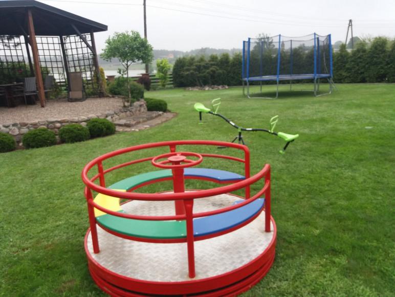karuzela, trampolina i huśtawka konik