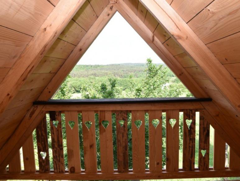 Widok ze strychu domku drewnianego