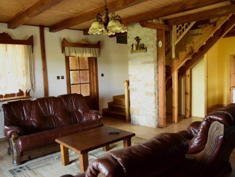 Duży salon z telewizorem i pianinem do dyspozycji gości
