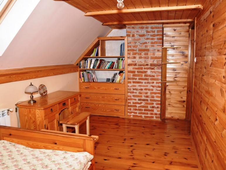 Średnia sypialnia z wyjściem na balkon