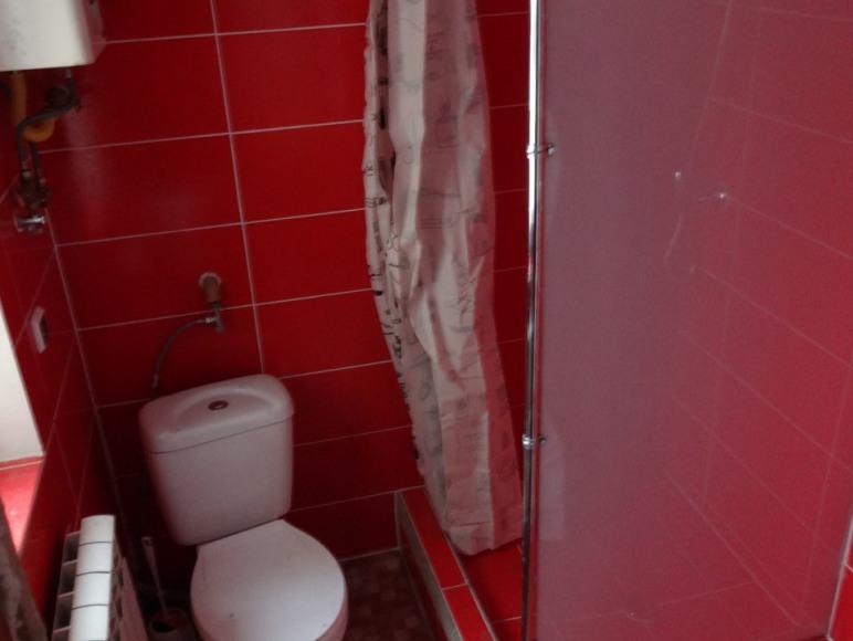 dwie łazienki dwustanowiskowe prysznice