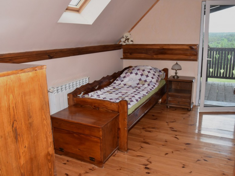 Mała sypialnia z wyjściem na balkon