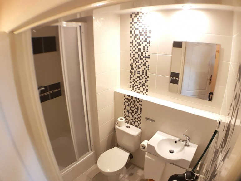łazienka w pokojach ekonomicznych