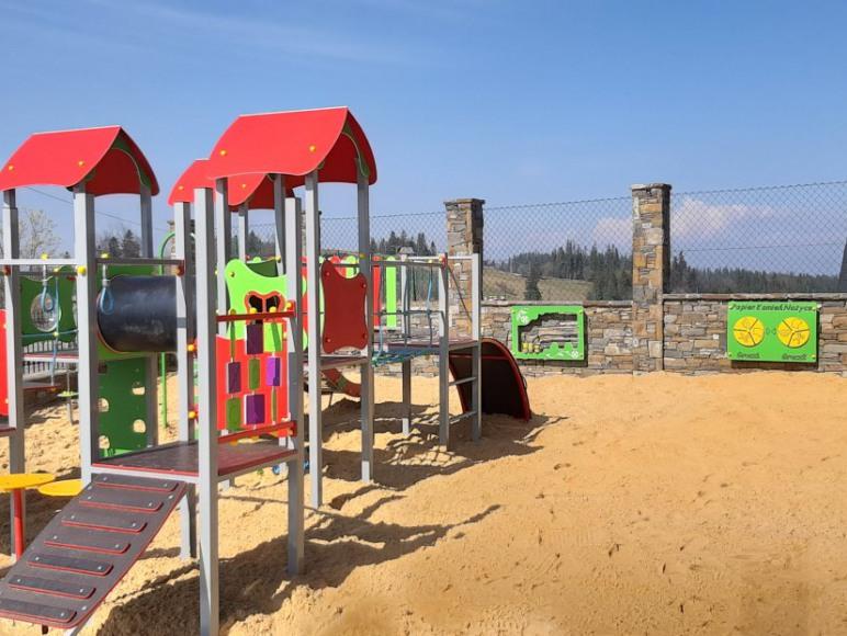 Plac zabaw z widokiem na góry