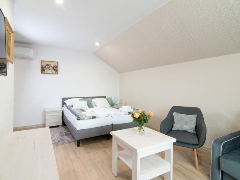 Pokój nr. 4 , 2 łóżka jednoosobowe i kanapa rozkładana