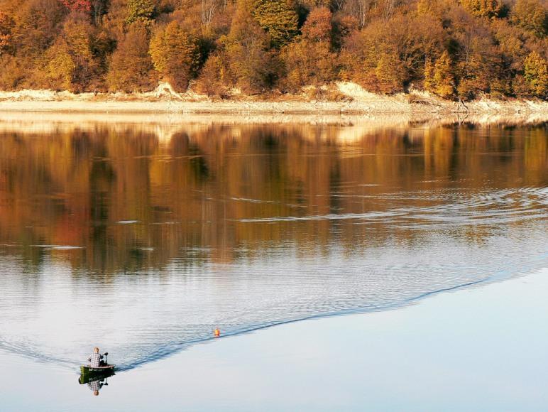 jesienia nad jeziorem