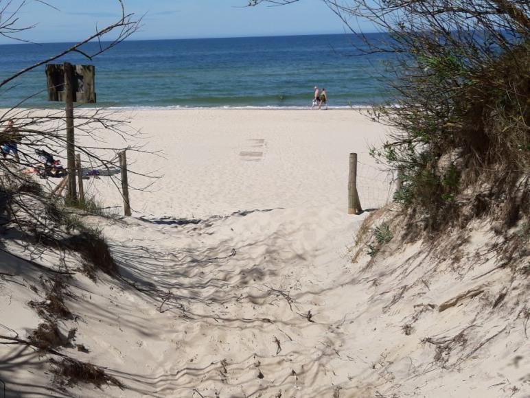 Wejście na plażę znajdujące się najbliżej obiektu